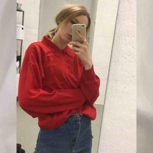 🍒RED🍒 Fin röd vintage pappa tröja gjord i Italien. Tröjan är mjuk och i strl:52. Snygg att styla till jeans. Begagnat skick:) frakt tillkommer. Puss o K🍒