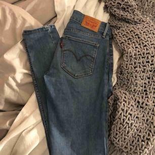 Knappt använda Levis jeans modell 710 W 26 L 30