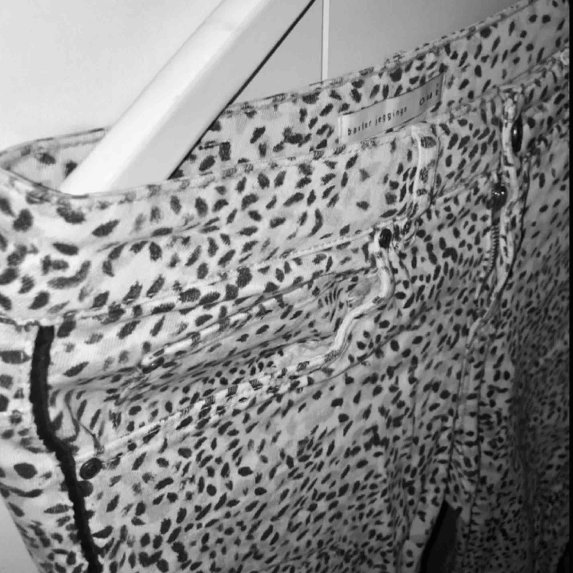 Byxor från märket Oui. Riktigt sköna byxor, normalhöjd i midjan och lite stretch.  Säljer pga behöver mera plats i garderoben. Köpta för 1 år sedan och använda 2 gånger.  Nypris 1499kr.  . Jeans & Byxor.