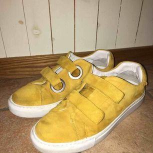 Jätte fina gula skor från & Other Stories med kardborreband! Låda finns kvar😋