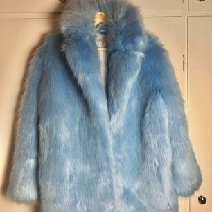 Blå pälsjacka från H&M i storlek 36. Använd 1 gång.
