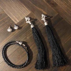 Små örhängen 40:-, långa örhängen 50:-, Pandoraarmband 60:- 🌞 säljer billigare om du köper flera smycken