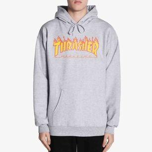 Thrasher hoodie med flames. Använd några gånger. OBS finns en fläck vid fickan på hoodien, det är superlim, vet ej om det går att få bort men det påverkar inte plagget i sin helhet. Nypris 900.