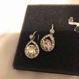 Örhängen från Lily and rosé med Emmylou crystal i silver. Köpte för 400kr och använda ca 2 gånger, ser helt ut nya.