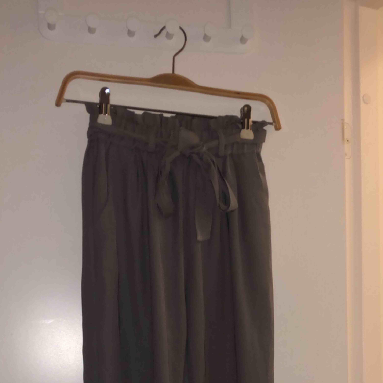 Grå jättesköna kostym byxor från Bikbok. Sparsamt använda, typ 5 gånger. Säljer pga behöver pengar och använder aldrig. Möts upp i stockholm, annars står köpare för frakt 💓. Jeans & Byxor.