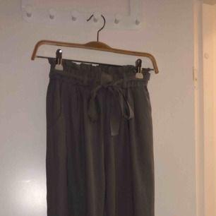 Grå jättesköna kostym byxor från Bikbok. Sparsamt använda, typ 5 gånger. Säljer pga behöver pengar och använder aldrig. Möts upp i stockholm, annars står köpare för frakt 💓