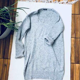 Längre stickad tröja från Chiquelle. Mycket fint skick, sparsamt använd. Supervarm och gosig.