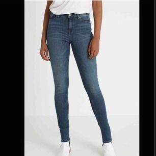 Ett par Tommy Hilfiger jeans, köpta i USA i en Tommy Hilfiger butik. Passar både S/M. Bra skick. Säljer pågrund av för små. Kan skicka bilder i chatten också! Nypris: 1099 Storlek M