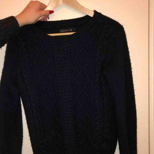 Stor för att vara XS!! Snygg stickad marinblå tröja från Stockhlm. Köparen står för frakt!