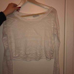 Jävligt snygg tröja, både att ha över annat men även att bara ha som den är. Från Lucy Hales kollektion på hollister. Frakt tillkommer!