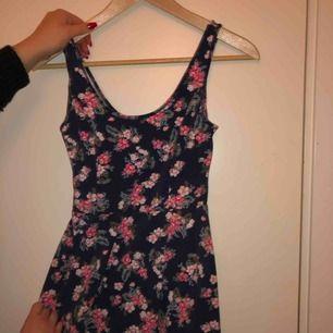 Ett måste i sommargarderoben! Snygg blommig klänning. Frakt tillkommer!