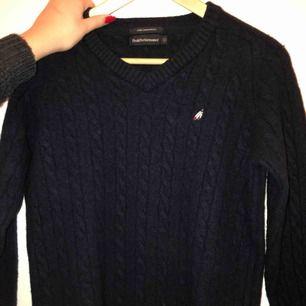 """Passar S/M. Snygg mörkblå kabelstickad tröja i """"fine lambs wool"""" från Peak Performance. Frakt tillkommer!!"""