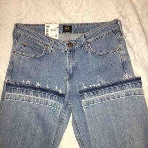Lee jeans i en kortare modell med utsvängda ben! Medelhög midja, storlek 27/33 men som sagt kortare i benen! Endast testade prislappar osv kvar!