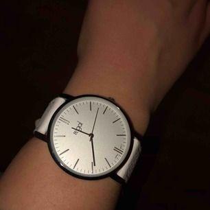 Snygg och fräsch vit klocka från regal. Aldrig använd och batteriet funkar. Frakt tillkommer!!