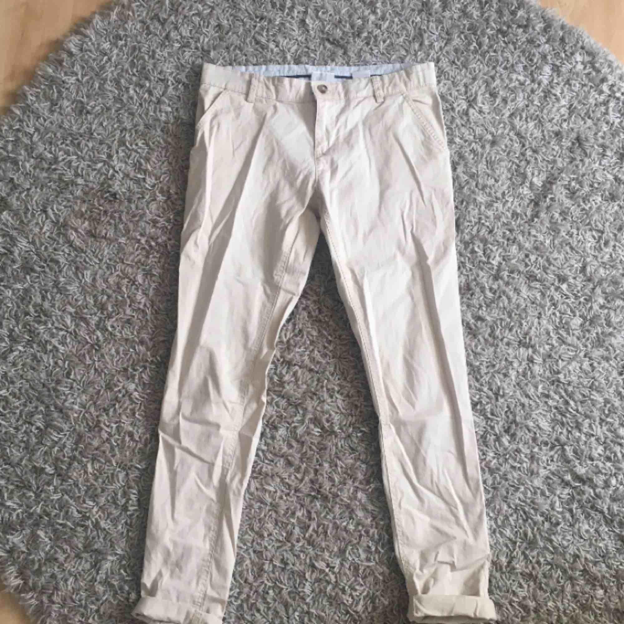 Ett par chinos som jag aldrig använt, dom har bara legat i garderoben, därav inte strykta haha.  . Jeans & Byxor.