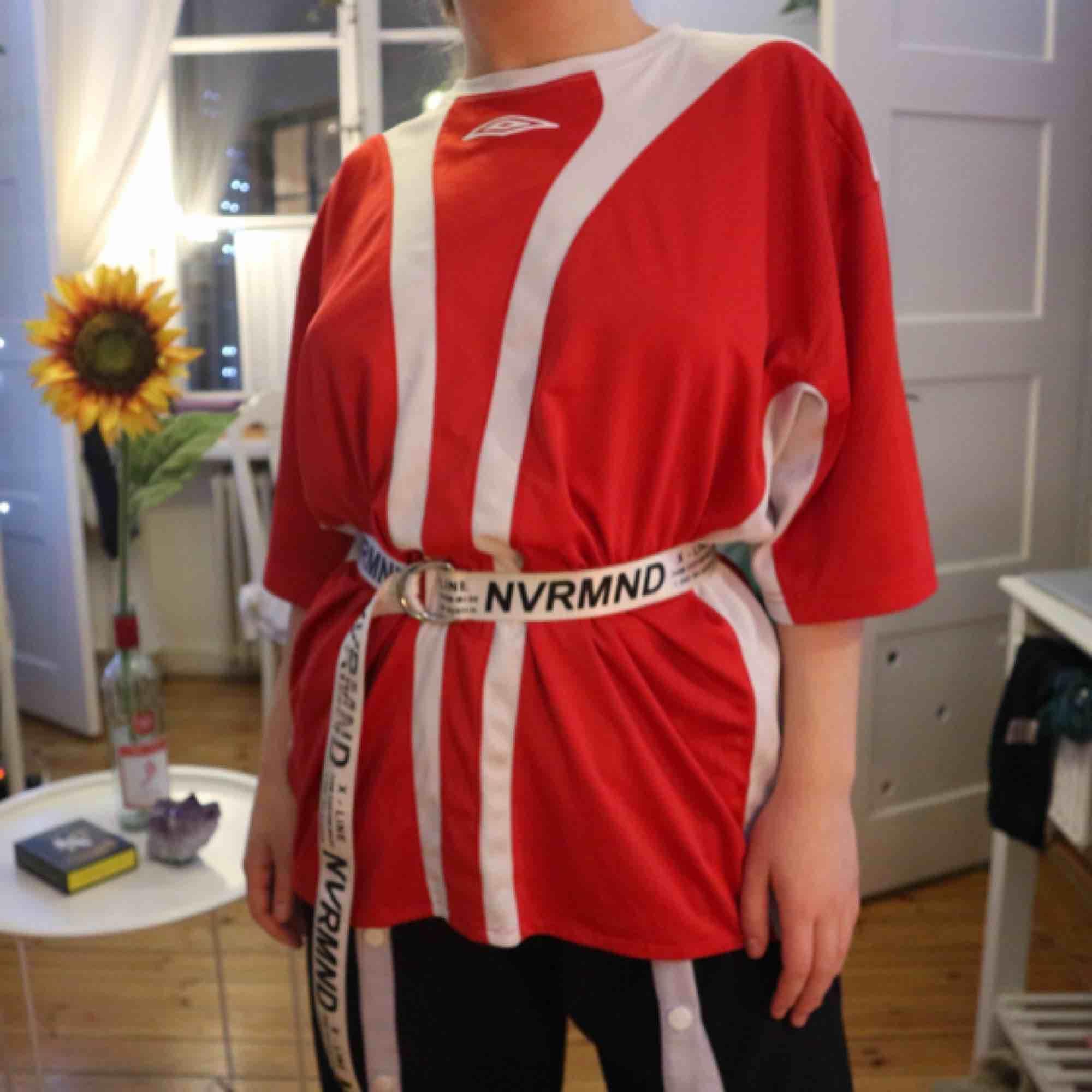 Umbro tisha som sitter snyggt oversized på mig som brukar ha strl S, så passar allt från xs-xl skulle jag tro. Kan mötas upp i Stockholm eller frakta! :). T-shirts.