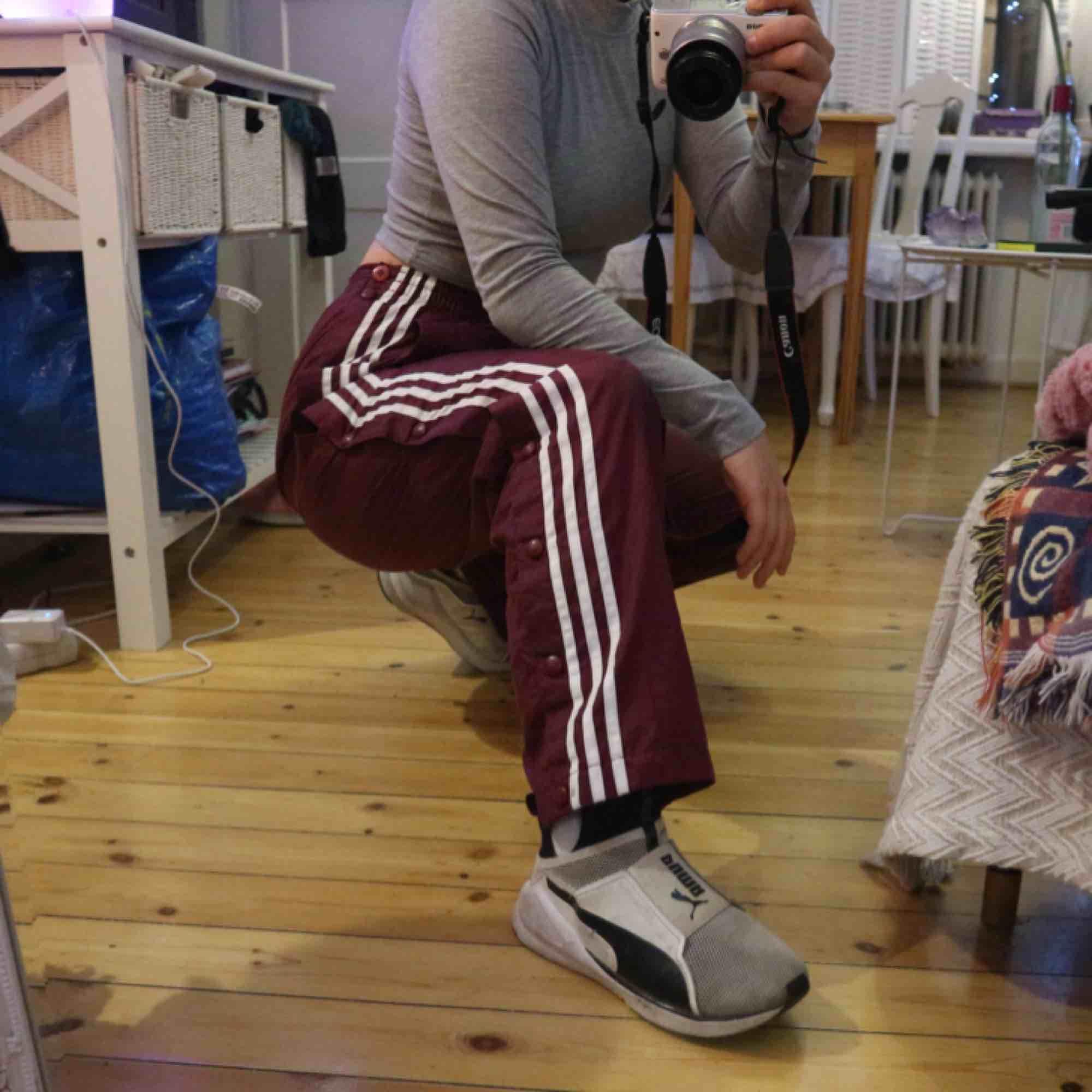 Supersnygga adidas popperpants köpta på beyond retro som tyvärr inte kommer till användning, dom är lätt fodrade så dom är perfekta nu på vintern! Jätte hög midja❤️ kan mötas upp i Stockholm eller frakta. Jeans & Byxor.