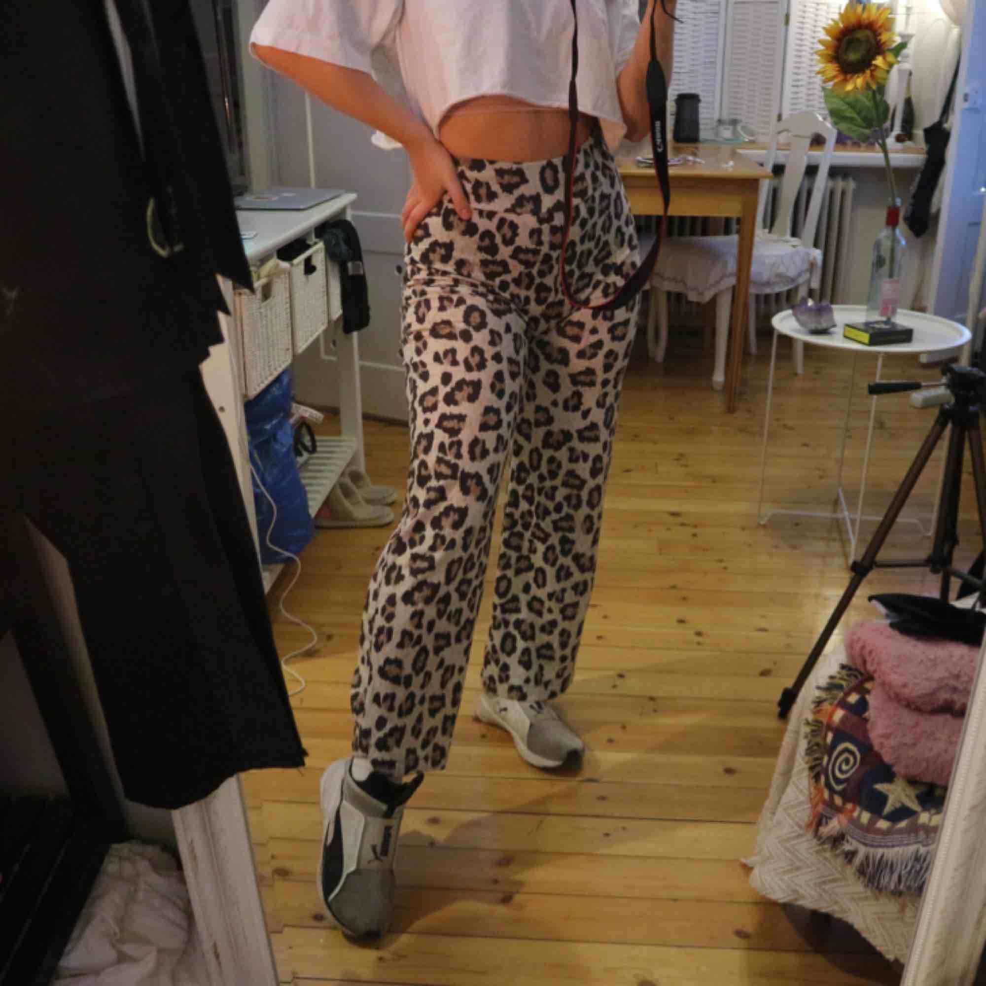 Leopard byxor från NLY trend. Supermjuka och stretchiga, hög midja. Kan mötas upp i Stockholm eller frakta :). Jeans & Byxor.