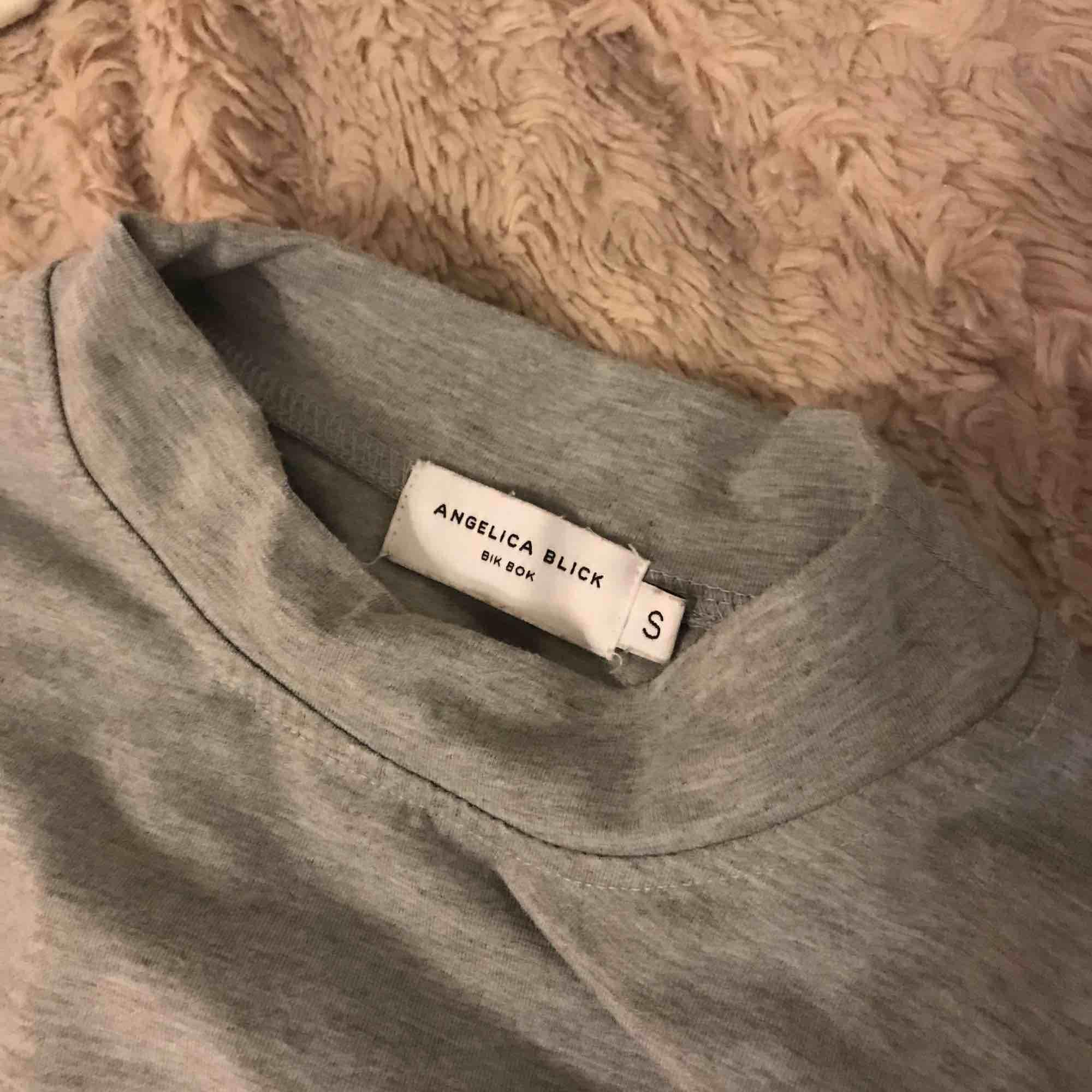 Croppad tröja från Angelica Blick for Bik Bok. Kan mötas upp i Stockholm eller frakta💛. Toppar.