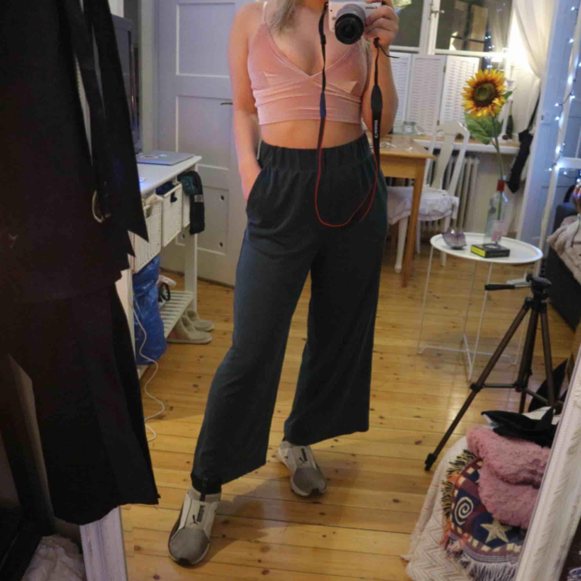 Jätte sköna mörkgröna byxor från Monki, hög midja och korta ben. Kan mötas upp i Stockholm eller frakta💛. Jeans & Byxor.
