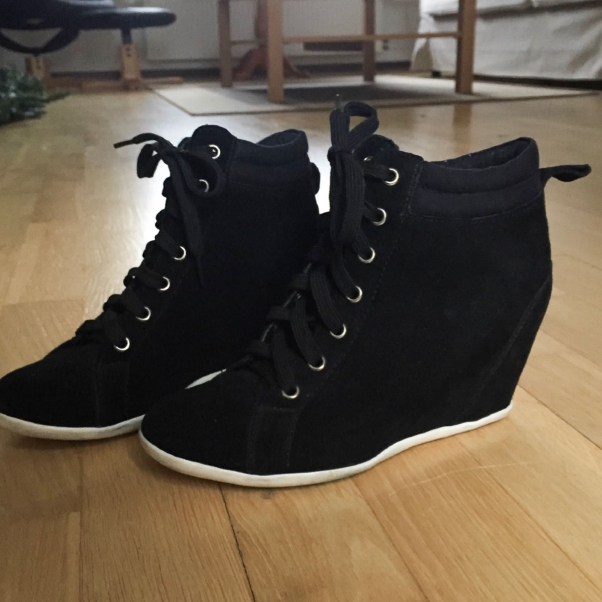 Skor med klack från Åhléns. Supersnygga men säljer pga att jag inte använder dem. Endast använda 1 gång och nypriset låg på runt 400-500 kr. . Skor.