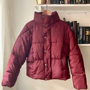 """Supersnygg vinterjacka från Boohoo. Färgen är röd-lila, """"berry"""", och jackan är något glansig. Den är något oversize så passar 34-38. Använd några få gånger. :)"""