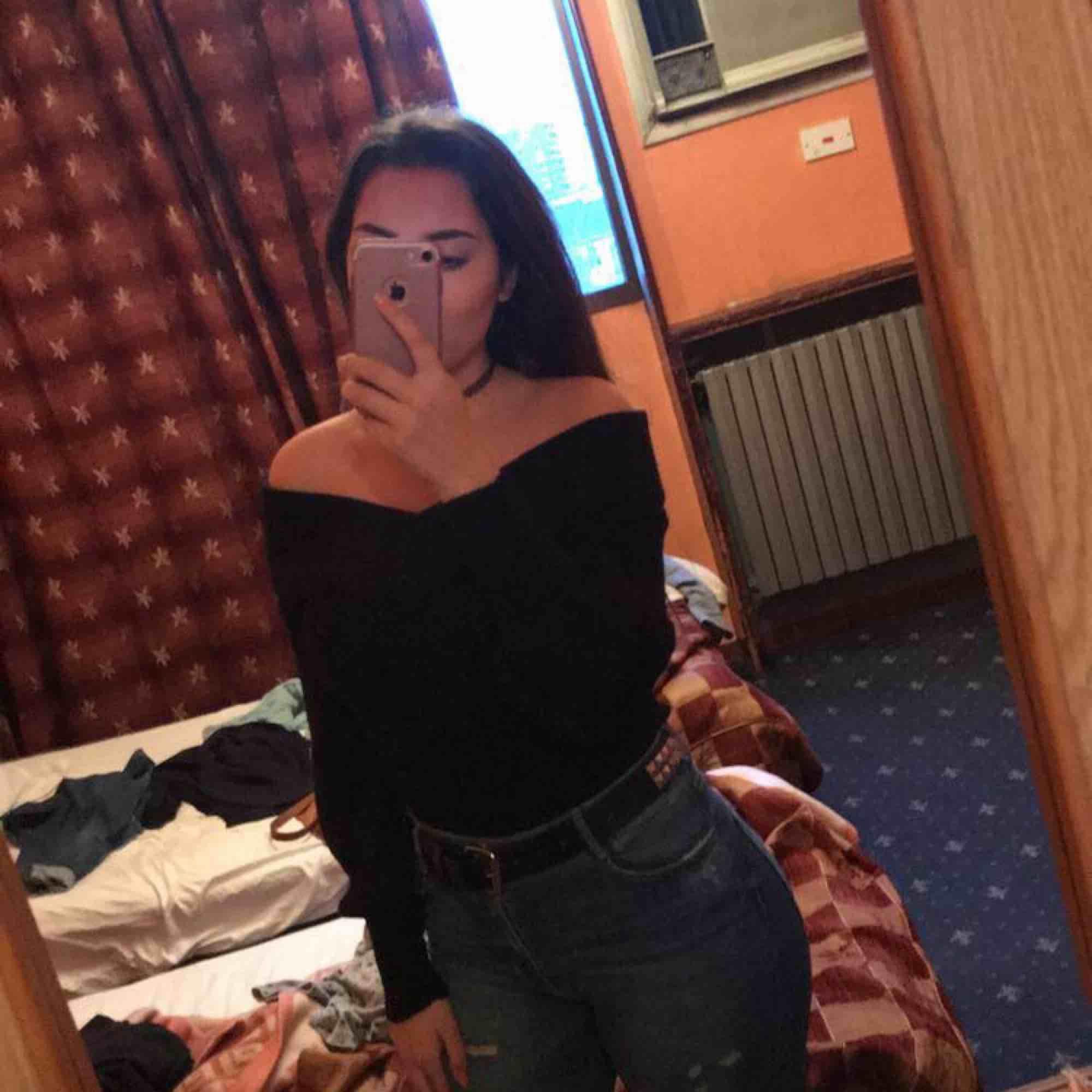 Svart stickat tröja som är en av mina favoriter, den värmer bra och är snygg. Använd fåtal gånger storlek är xs på den men mer som s eftersom jag är storleken s 😁👍🏻 köpt ifrån Ginatricot ! . Stickat.