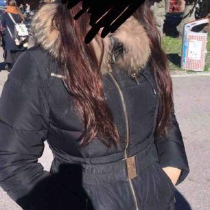 Vill byta jacka mot en längre version. Min är en hollies i M, går till höften, svart och har tvättbjörnspäls. Jättefint skick, begagnad