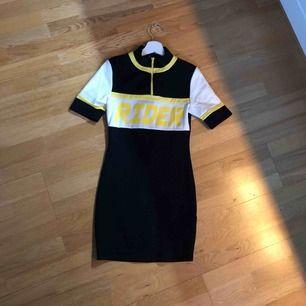 Skitsnygg oanvänd klänning ifrån fashionnova med prislapp  kvar.