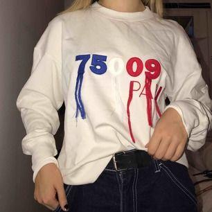Cool tröja från H&M, aldrig använd förutom för bilden! Möts upp i Sthlm, tar Swish. Är ca en S/M, men kan även passa som en tightare eller mer oversized tröja på större och mindre storlekar!