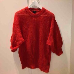 """Stickad tröja i ullblandning fr Lindex i en röd/orange färg. 50% mohair, 30% polyamid, 20% ull. Trekvartsärmar som är ballongformade. Blir inte supervarm iom att den är stickad så """"glest"""", ord pris 399kr och endast använd en gång :) Passar även en M!"""