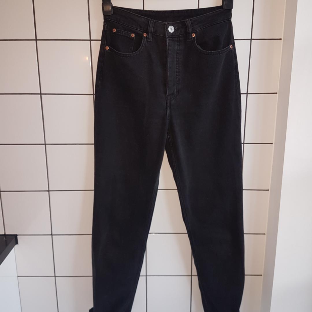 Svarta high waist mom jeans straight leg modell H&M storlek 36/S . Jeans & Byxor.