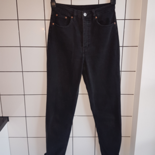 Svarta high waist mom jeans straight leg modell H&M storlek 36/S
