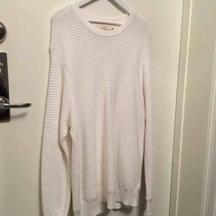 Superskön stickad tröja från HM.  Använd en gång.   Köparen står för frakten :)