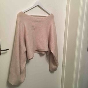 """Stickad tröja från ZARA Kan anses som """"magtröja"""" med breda långa ärmar   Köparen står för frakten :)"""