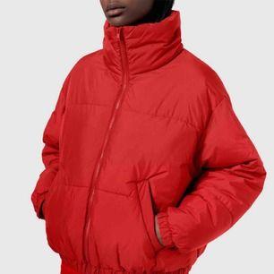 säljer exakt den här jackan fr weekday!! använd en säsong, lite oversized så passar även mig som är en S. väldigt fin förutom nån fläck på framsidan som ja antar går bort i tvätten 💋 (fråga om bilder)