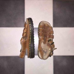 Sandaler med rejäl och tjock sula i ljusbrunt läder, något slitna men dom har garanterat många år kvar att ge!