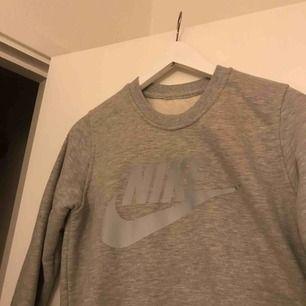 Grå nike tröja, aldrig använd pga fel storlek.