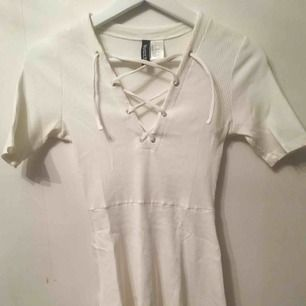 Klänning från hm, köpt i USA, använd fåtal gånger Frakten får man stå för själv