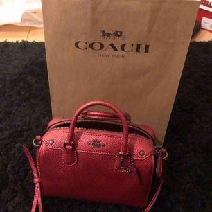 Liten coach väska köpt i år i USA för $250. Knappt använd så i nyskick.