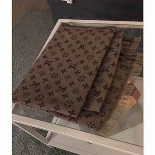 Louis Vuitton halsduk  Två färger på olika sidor 👌🏼  Bra kvalité
