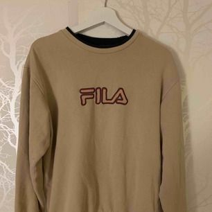 Vintage Sweatshirt von FILA. Größe S passt aber aufgrund von Übergröße auf alles von XS-M. Treffen Sie sich in Helsingborg und versenden Sie.