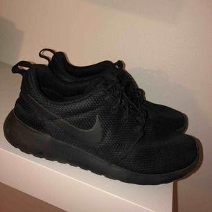 Säljer mina fina svarta Nike Roshe, i storlek 36,5. Super fint skick och sällan använda.