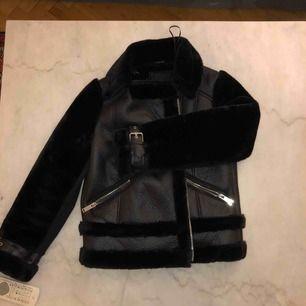Snygg Jacka från River Island, använd 1 gång och säljs pga för många jackor i garderoben.. storlek UK 6, varm och skön. Köpt för ca 3 mån sedan.   Kan mötas upp i Stockholm eller fraktas!