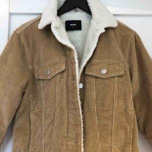 Cool jacka från BikBok, aldrig använd. Storlek M men passar en XS/S. Varm och skön jacka!   Kan mötas upp i Stockholm eller fraktas!