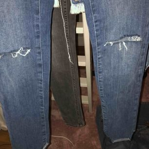 Jeans från bikbok med små hål på knäna och ojämnt längst ner.
