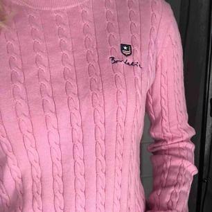 Rosa kabelstickad tröja från märket Bondelid, utgångs pris runt 500kr. Knappt använd och i fint skick. Skriv om du är intresserad.
