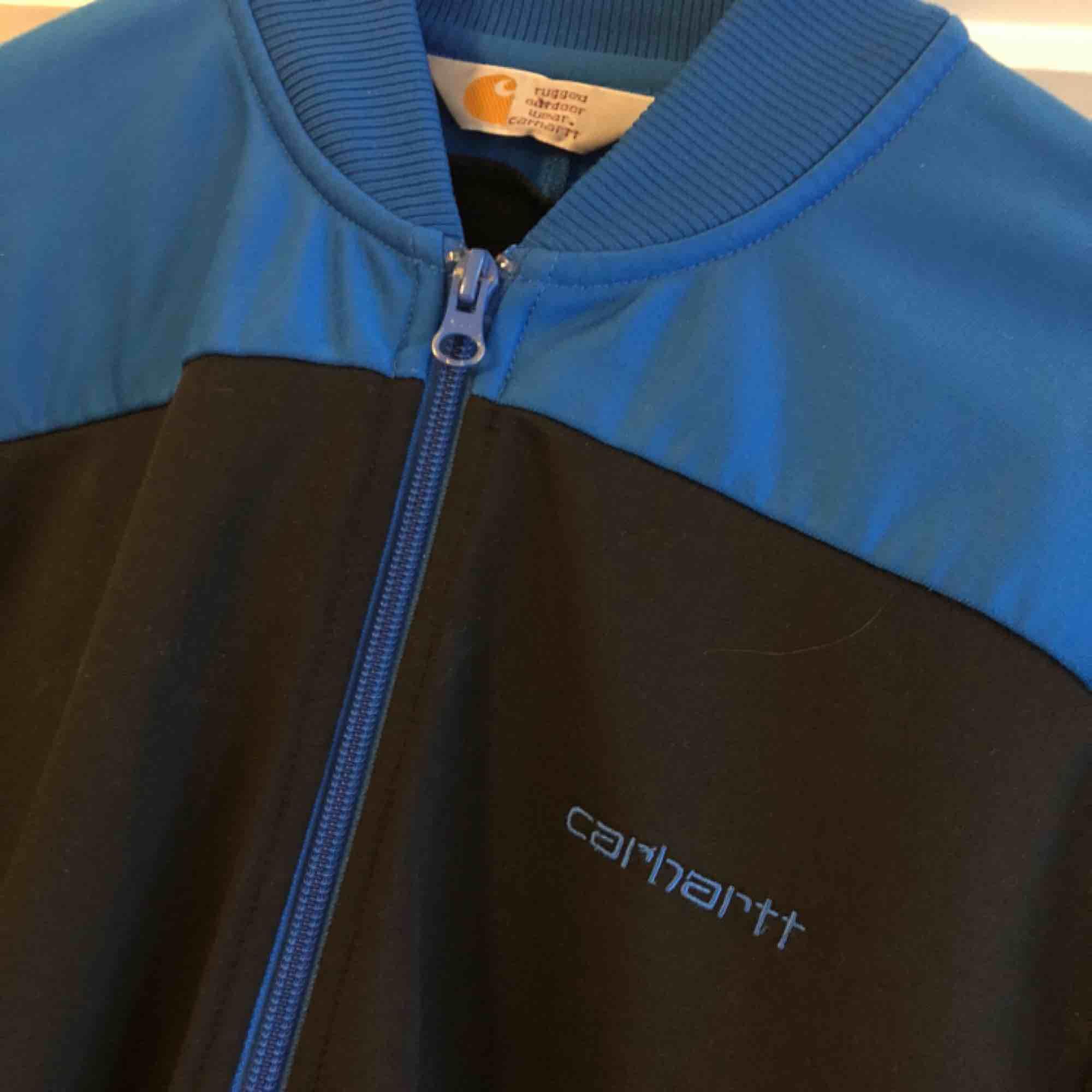 Carhartt jacka storlek medium. Trevligt använt skick. Kan hämtas i Uppsala eller skickas mot fraktkostnad . Jackor.