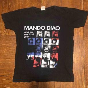 Turné T-shirt Mando Diao. Medium på lappen men sitter mer som s eller XS. Kan hämtas i Uppsala eller skickas för 39 sek
