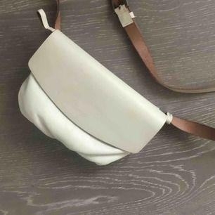 En superfin magväska från COS i perfekt skick ordinariepris 799kr 100% läder